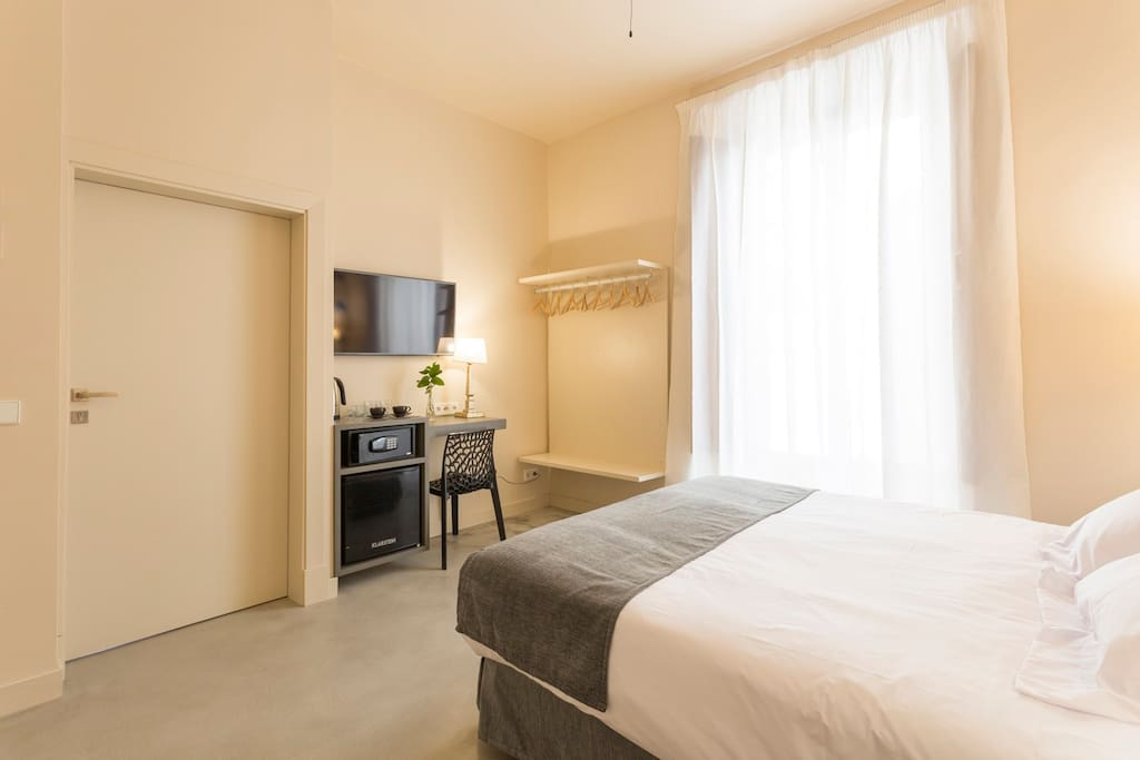 Bedroom equipped with smart TV, safe, kettle, coffee maker and wifi.