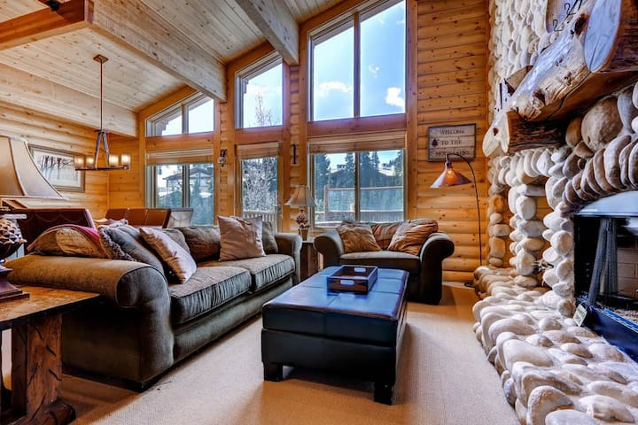 Spacious Condo With Loft Steps Away From Slopes w/Private Hot Tub