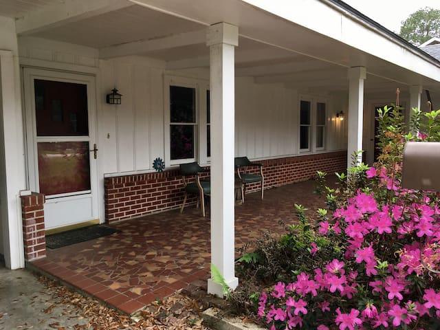 Cozy Oaklawn Cottage