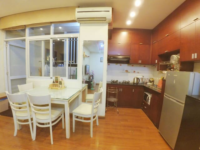 Phong's House _ 2 BR large Apt _ Centrally located - District 4 - Departamento