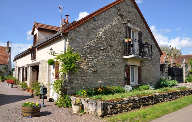 Maison des Fleurs B&B in Beautiful quiet Village. - Missery - Bed & Breakfast