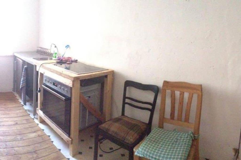Komplett eingerichtete Küche mit Apfelsaft-Minibar aus eigener Herstellung.