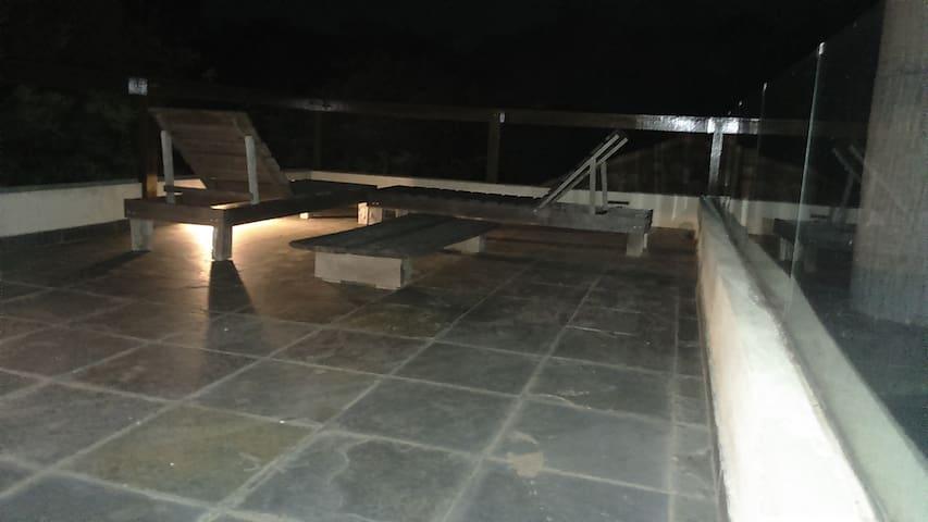 Terraza iluminada, en noche estrellada para ver la vía lactea