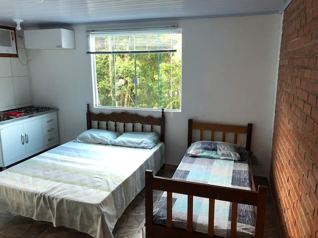 1 cama de solteiro e 1 cama de casal