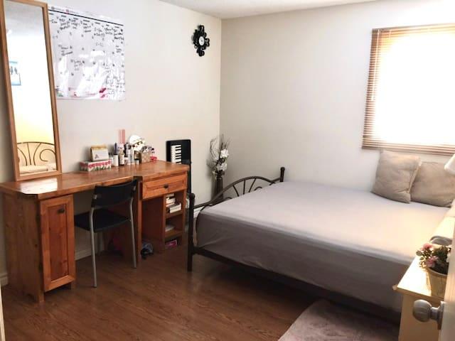 2 Cozy Bedrooms in Quiet Home