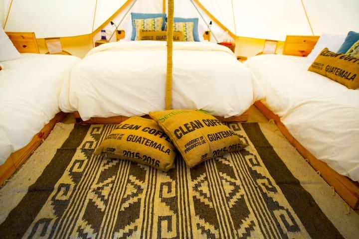 Each tent has a queen bed, two single beds, bean bags, comfortable rugs and bed linens for fresh and cold weather (Las carpas cuentan con una cama queen, dos camas individuales, bean bags, cómodas alfombras y ropa de capa para climas fríos y frescos)