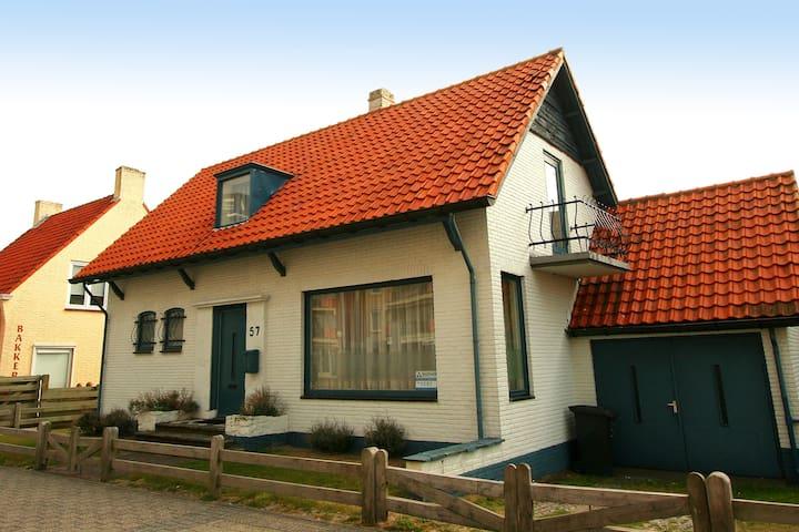 Gezellig huis met heerlijke tuin, vlakbij zee.