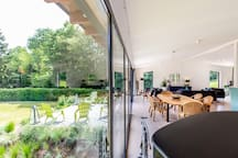 Moderne woonkamer en terras met ochtendzon