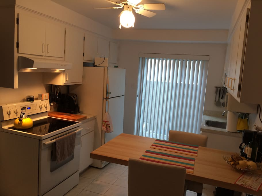 Kitchen with microwave, coffee machine, oven, fridge, toaster, plates...Everything that you need.