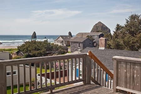1/2 Block to Beach, Haystack Rock View, Large yard - Cannon Beach
