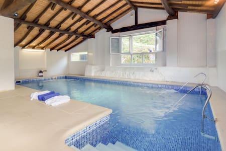 Maison de vacances confortable à Cutiellos avec piscine