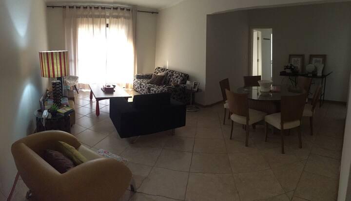 Apartamento em condomínio no centro, prox a praça!