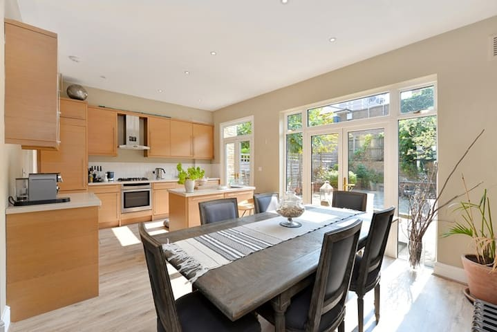 A quiet oasis in the centre of Shepherds Bush :) - London - House