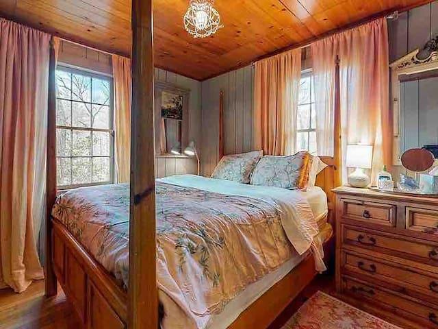 Queen bedroom with en-suite bath.