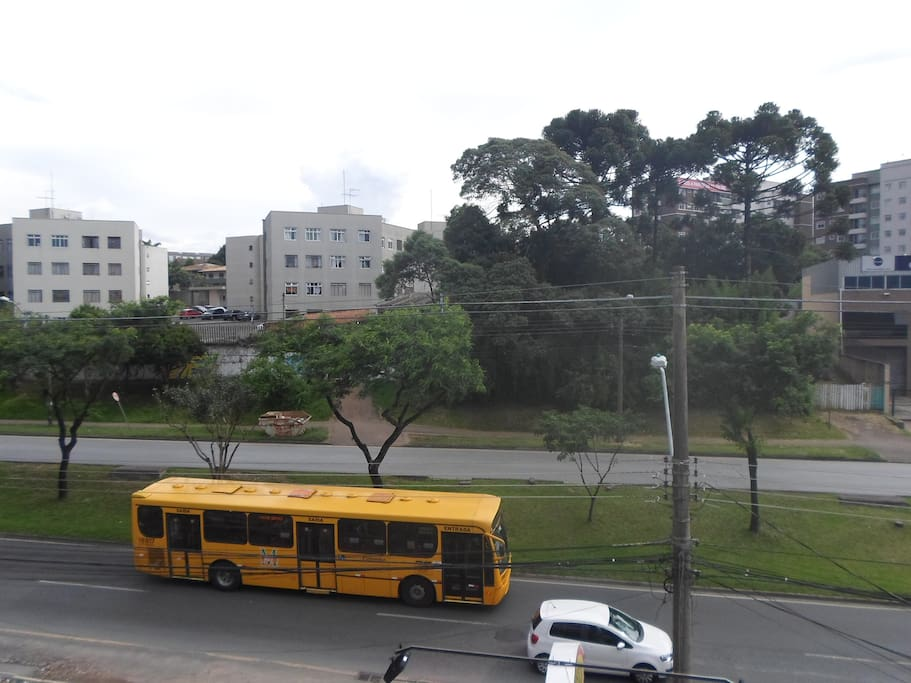 Vista para avenida, na qual passam 3 linhas de ônibus.