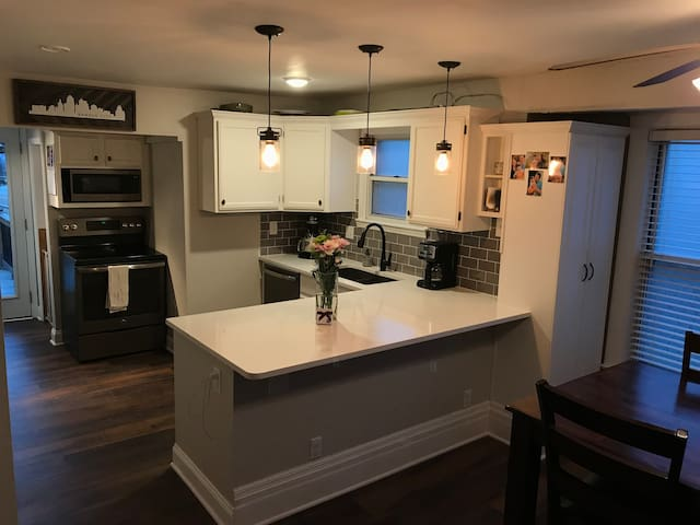 Cozy Midtown Bungalow - Newly Remodeled!