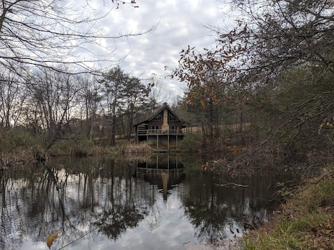 Log Home on Private Pond, Hot Tub, Hocking HIlls
