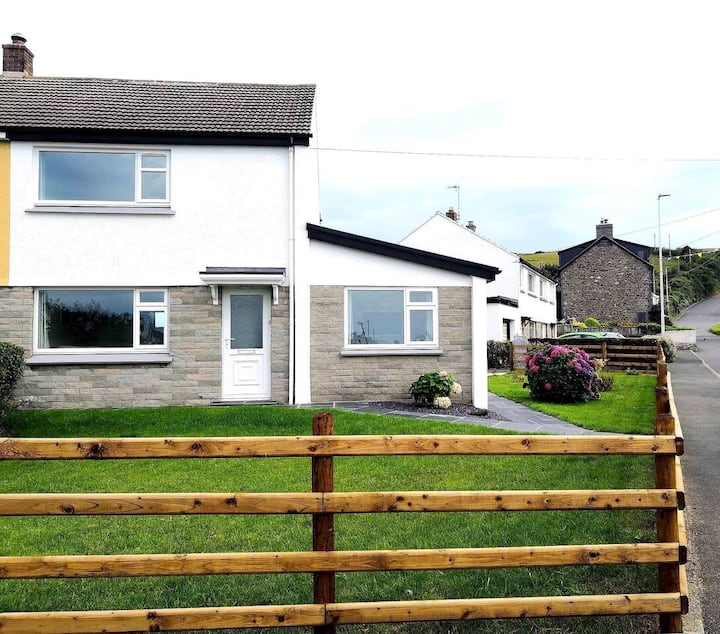 No.20 Home with private parking in Borth