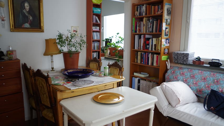 Studio w classic decor 13 min from central station - Sundbyberg - Wohnung