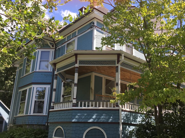 Victorian Downtown Gem: Near skiing and VCFA