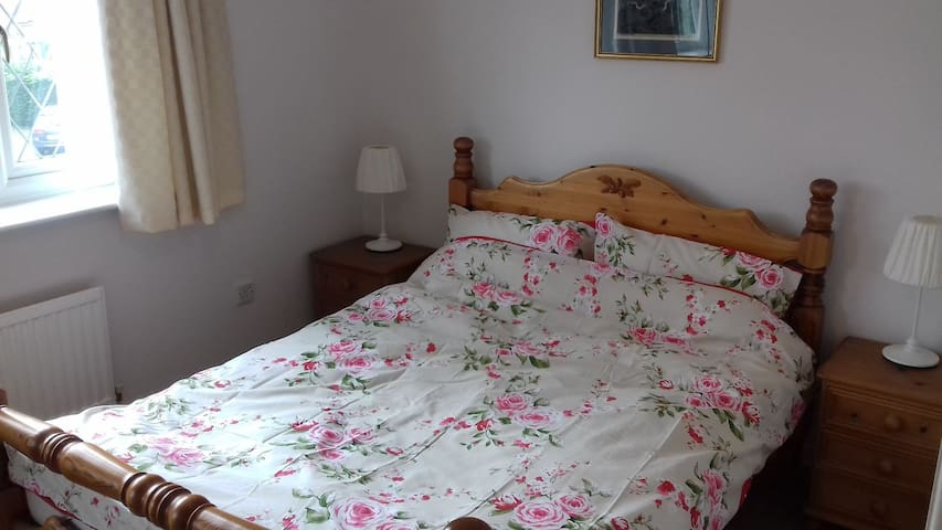 2 comfortable rooms available in large house.