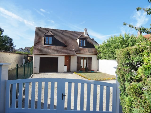 Maison spacieuse et confortable - Veneux-les-Sablons - บ้าน