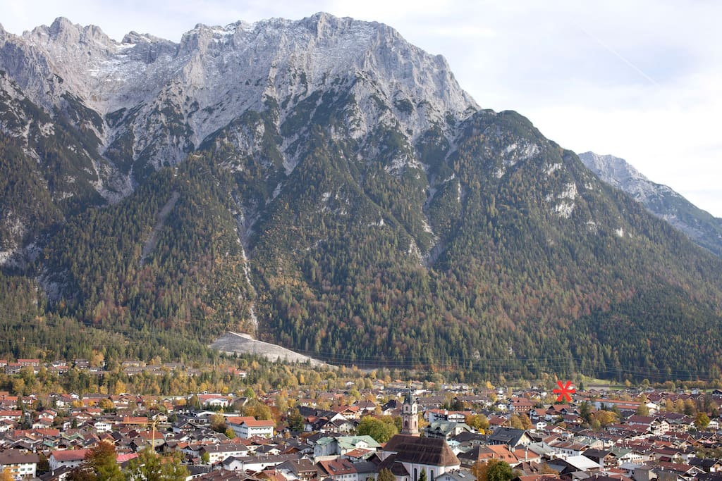 Mittenwald und Karwendelgebirge. Die Lage des Hauses ist mit einem * markiert.   Mittenwald and Mount Karwendel. The location of the house is marked with a *.