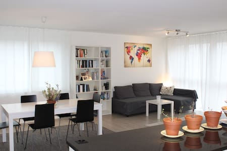 Private lovely room in a modern cozy apartment - Zürich