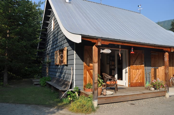 Hide out at the foot of Monashees - Cherryville - Cabin