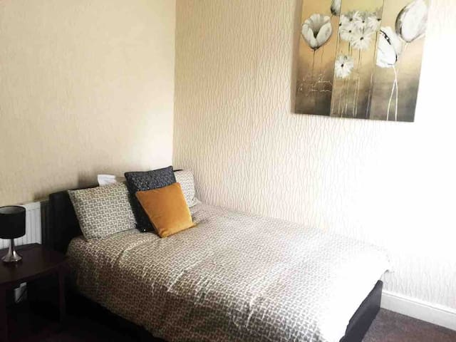 East London apartment, Central Line, Free parking