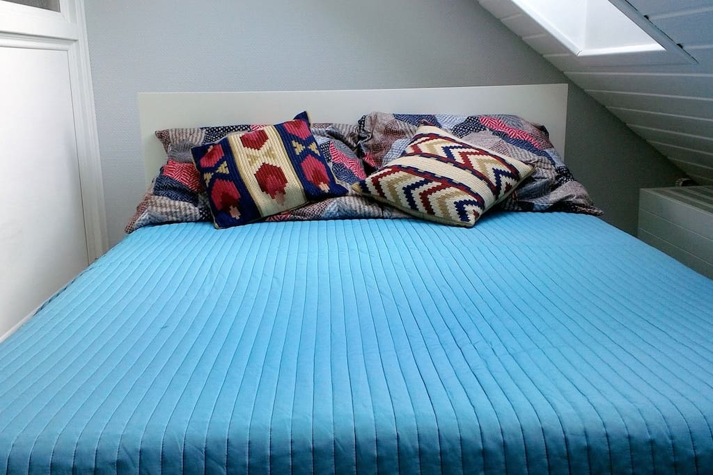 Colorful and relaxing bed! Bed is 1,30m x 2,00 for 2 Persons.