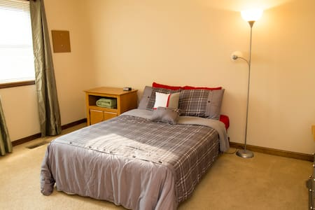 Guest bedroom in large duplex - Ньюбург - Дом