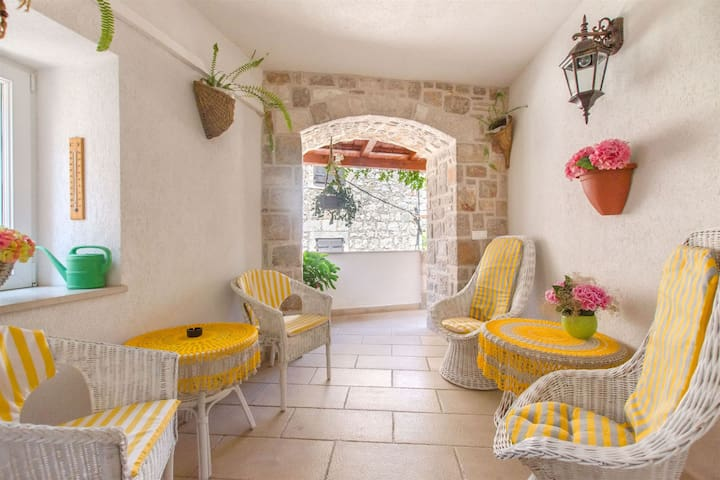 Two Bedroom Stone house, 100m from city center, in Jelsa - island Hvar