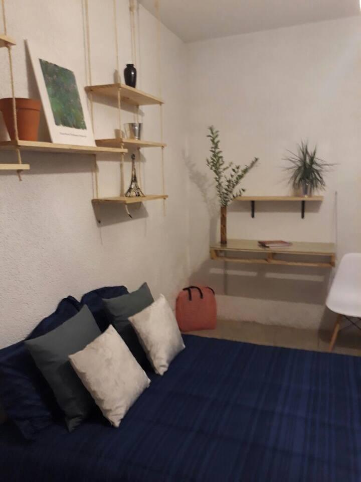 Habitación amueblada, amplia y cómoda. Ubicadísima
