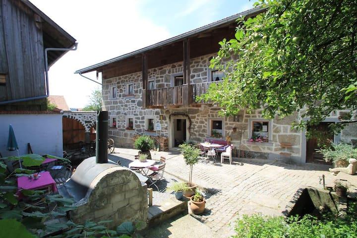 Landurlaub bei Familie Haug (Freyung), Ferienappartement Strolch (43qm) mit zwei Schlafzimmern, zweimal Dusche+WC und Küchenzeile