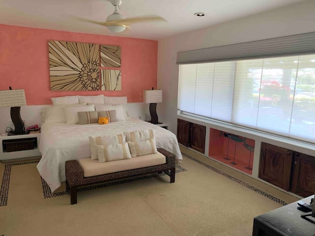 Recámara 1 cama king. Colchones nuevos extra confort.  Bedroom 1, king size bed . Brand new mattress