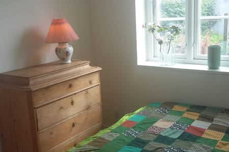 Lyst værelse med egen indgang og udgang til have - Risskov