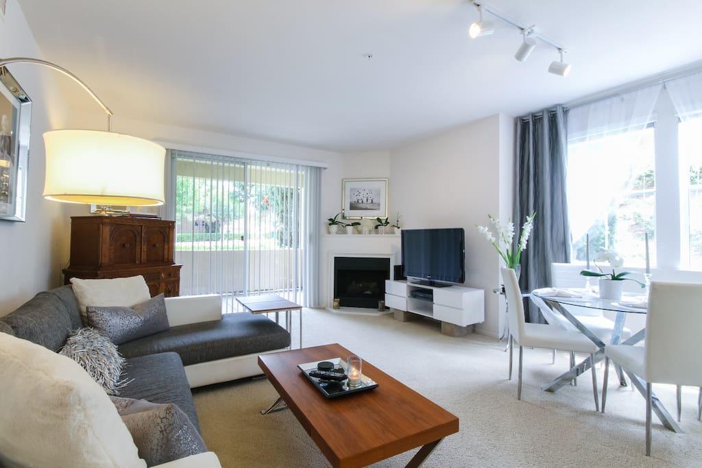 Open floor plan in living room/dining table.
