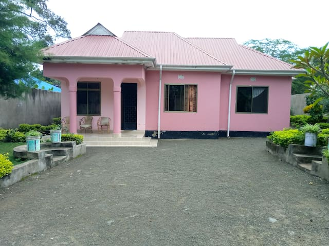 Usa River Swahili Irish Pink Panther Homestay