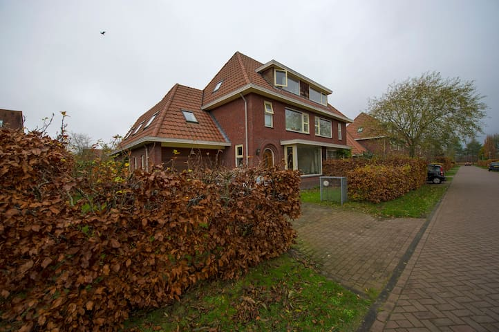 Room in the suburbs - Groningen - Casa