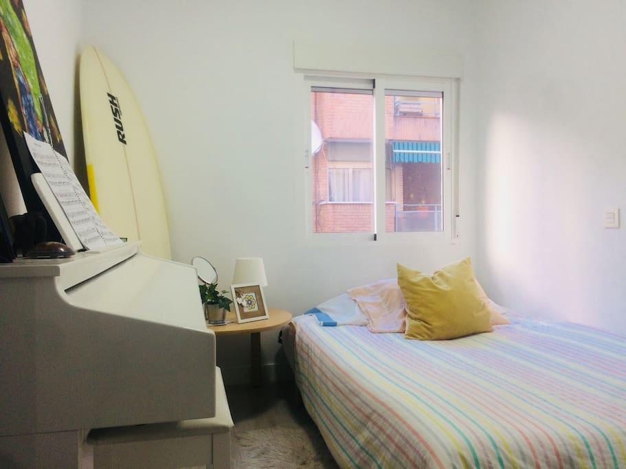 La habitación tiene un armario pequeño, cajonera y perchas.