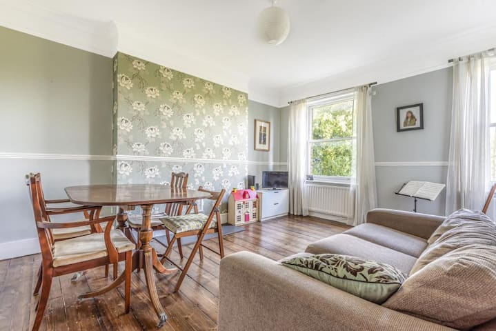 2-bed flat in East Dulwich with park views