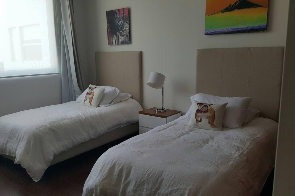 Es un cuarto muy cómodo y también tiene vista a la ciudad que te hará sentir muy relajado.