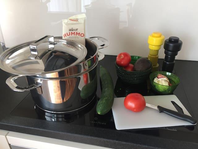Küche ist voll ausgestattet mit Töpfen, Pfanne, Salz und Pfeffer
