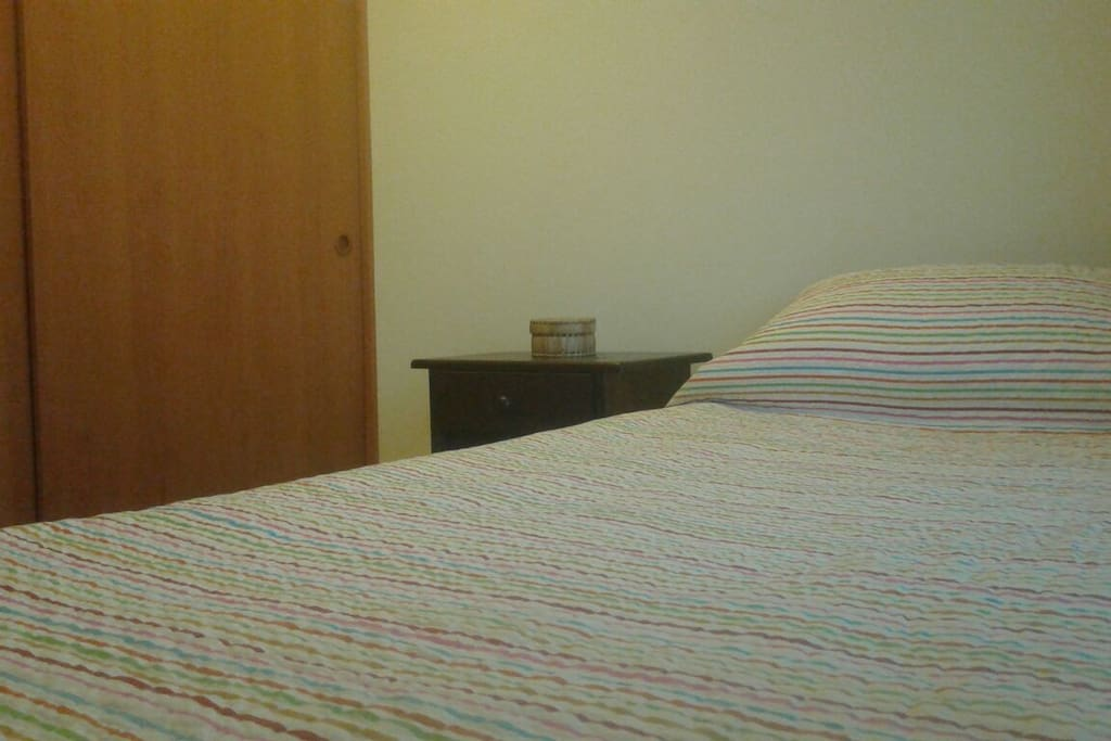 cama, velador y un amplio closet