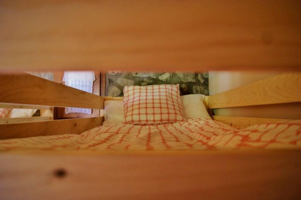 Confortables edredones y cómodos colchones para descansar.