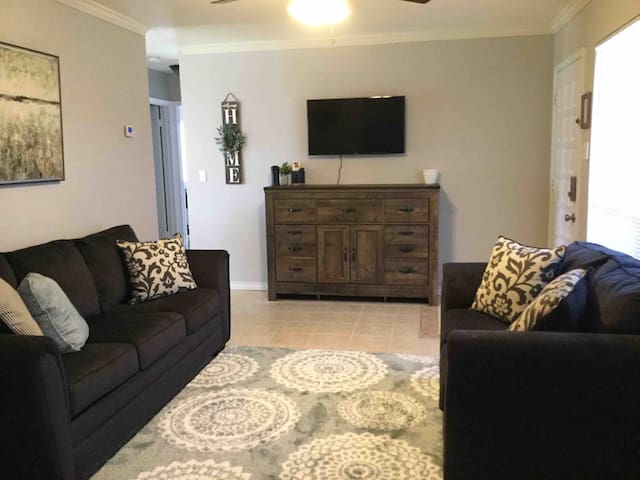 Homey 3 BR Cottage near Randolph AFB- 10 min