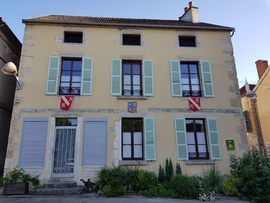 façade côté place du village