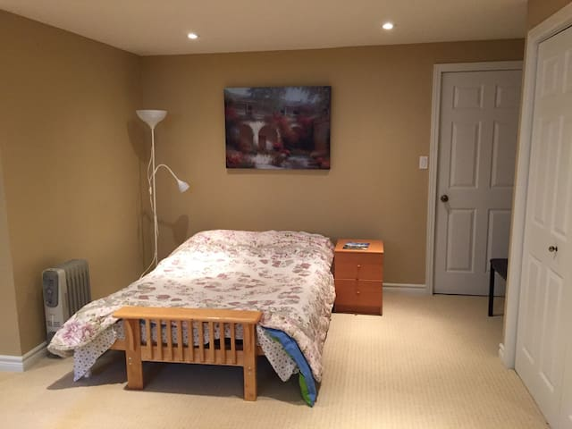 Spacious apartment steps from University of Guelph - Guelph
