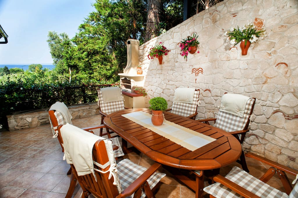 Villa Pefkohori - Outdoor dinning table with sea view.